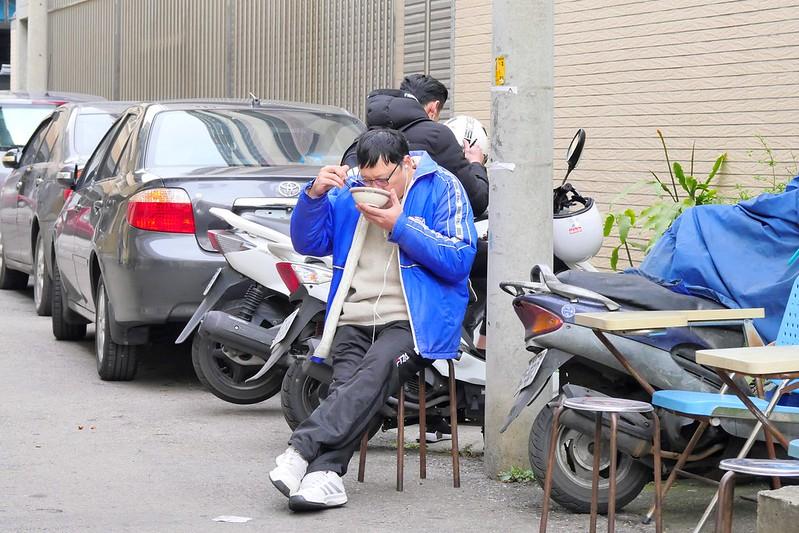 40016106661 e3a5b22934 c - 東區_豬雜湯老攤:隨意站著坐著蹲著 在地人才知道60年台中老味道 一開攤就客滿!