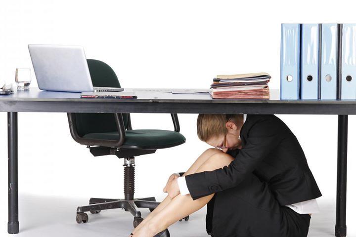 儘量成跪姿或至少把頭部低於背部及臀部﹐避免坐立時萬一桌子被壓垮,頭會承受太大壓力,頸椎也會受傷。圖片來源: www.abam.com