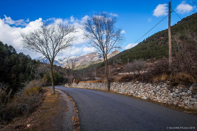 Carretera de Bagà a Gisclareny con la Serra del Cadí de fondo