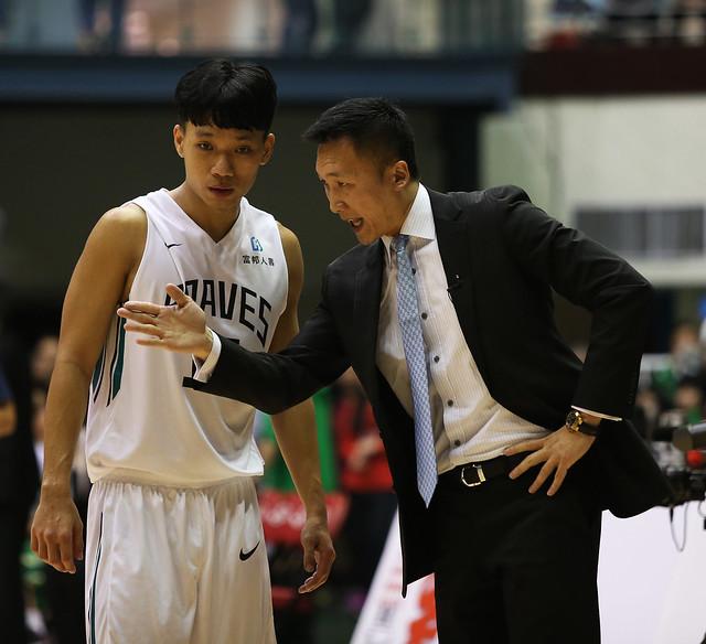 高健益(圖左)與富邦勇士隊總教練許晉哲。(籃協提供)