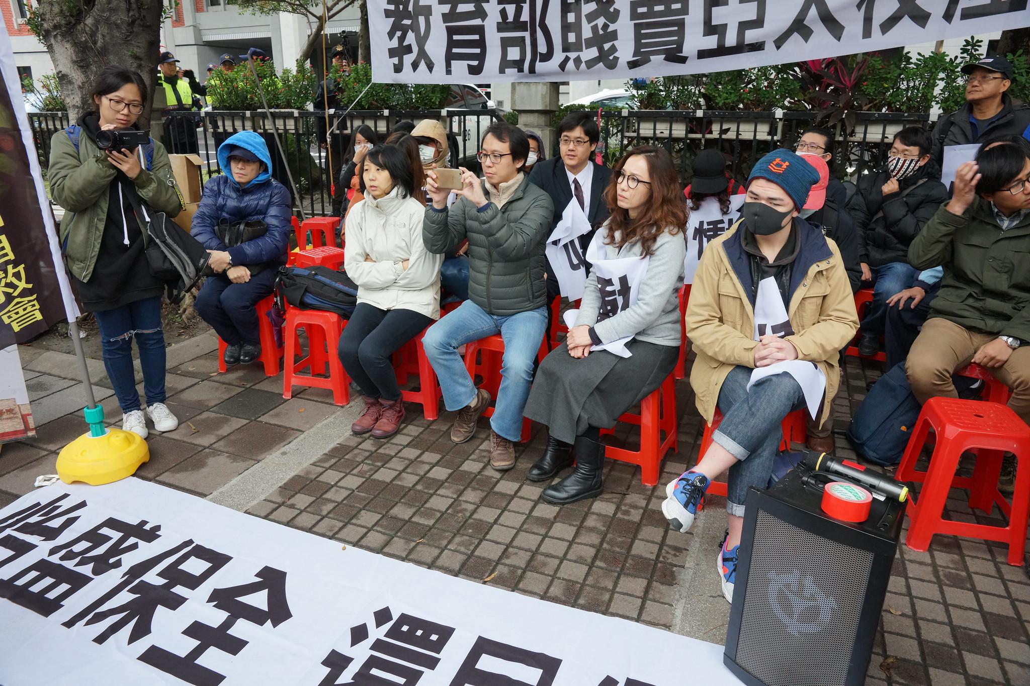 工會在教育部外靜坐,直到教育部給出具體對話時程。(攝影:王顥中)