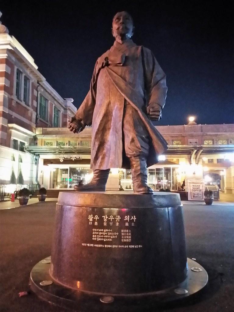 位於首爾舊車站門口前的抗日義士姜宇奎的銅像。(攝影:張智琦)