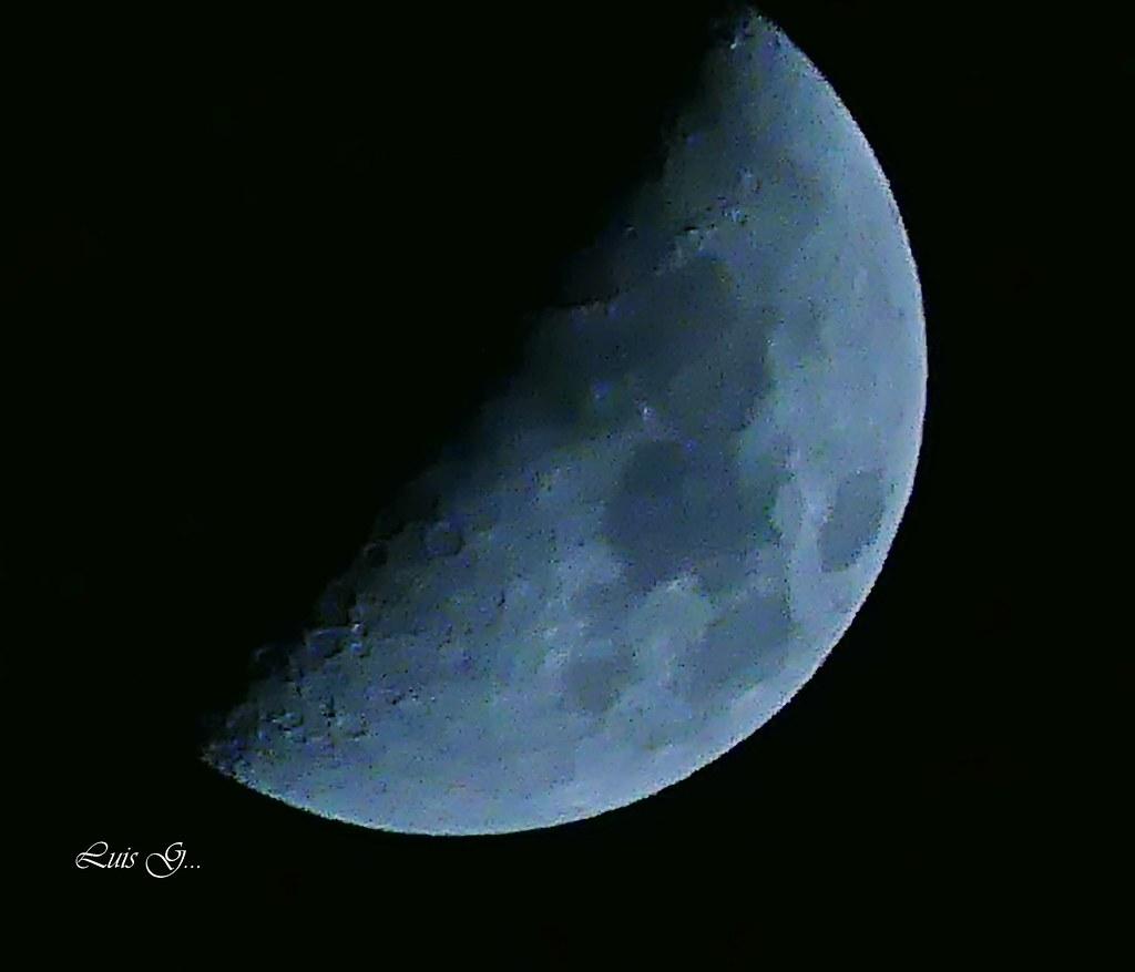 Ala luz de la luna de hoy ,en su fase cuarto creciente. | Flickr