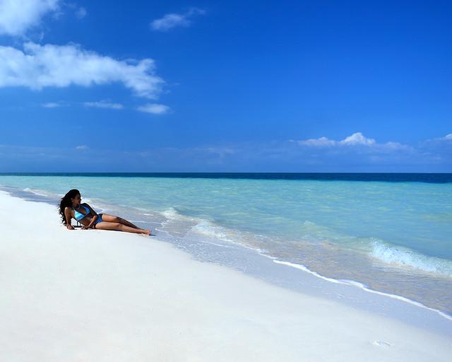 En la orilla de playa Levisa como una sirenita