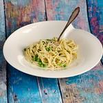 Spaghetti in Ziegenkräuterbutter, Erbsen und Ziegenfrischkäse