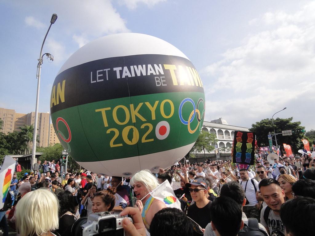 2017年台北同志大遊行也出現「2020東京奧運台灣正名」活動的宣傳充氣球。(攝影:張智琦)