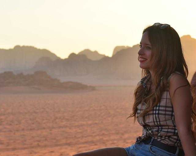 Julia contemplando el atardecer desde una de las montañas de Wadi Rum