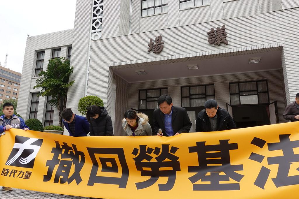 時代力量在場外向勞工和青年道歉,宣布不參與接下來的院會程序。(攝影:張智琦)