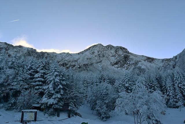 行者小屋から見上げる雪の赤岳