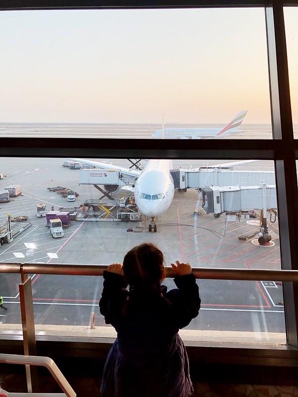 傻傻地看着大飞机,非常期待