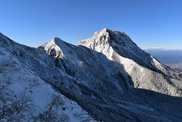 雪の阿弥陀岳と中岳