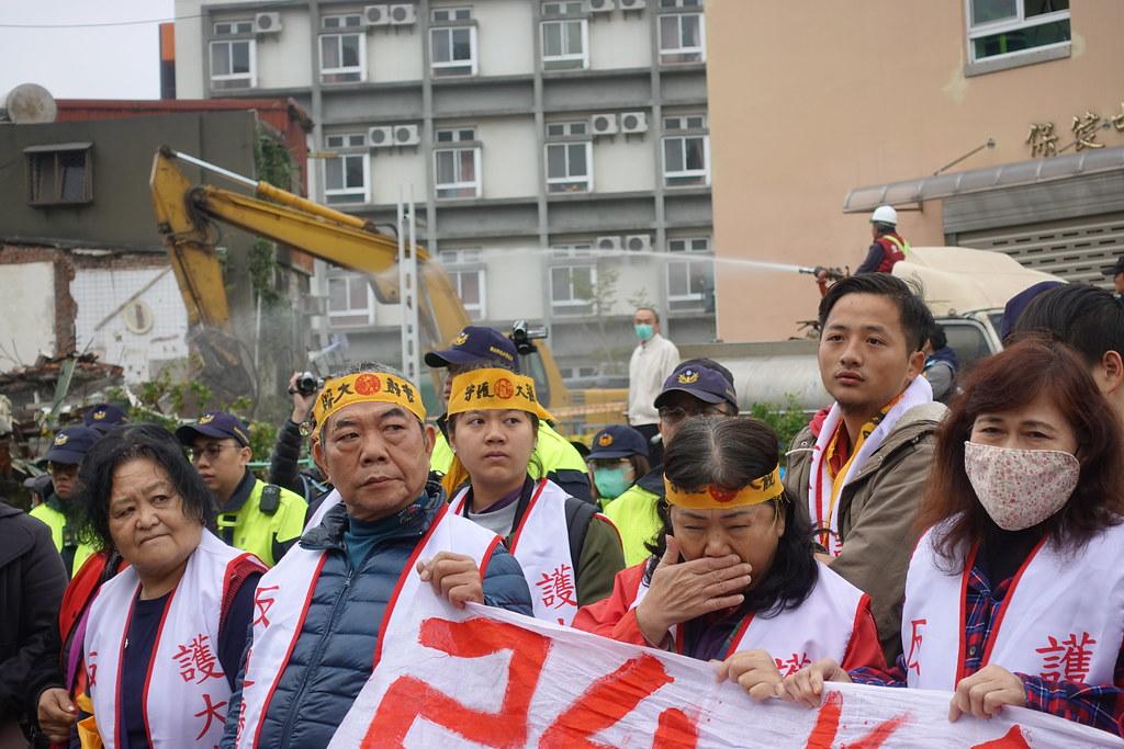 警方包圍拆除現場,居民只能無奈看著已點交戶房屋被拆除。(攝影:張智琦)