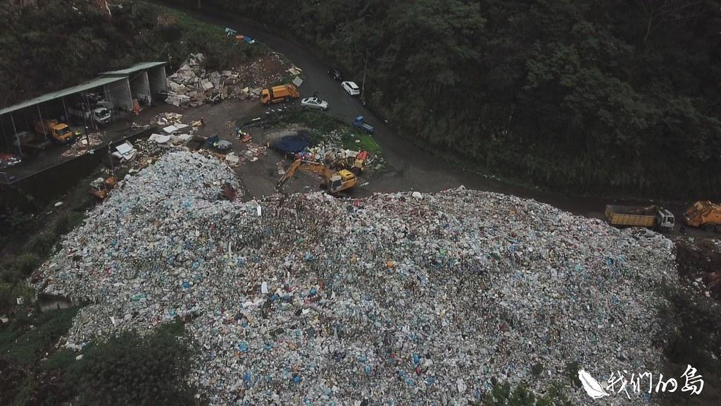 環保團體指出,竹東掩埋場假轉運之名行堆置之實,嚴重危害頭前溪水質。翻攝自我們要喝乾淨水行動聯盟