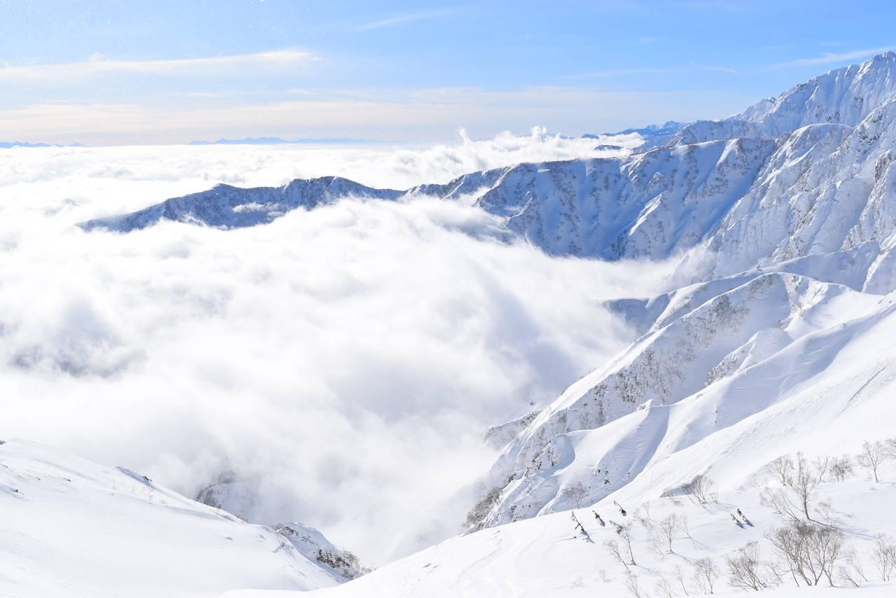 ほとばしる雲海と雪山