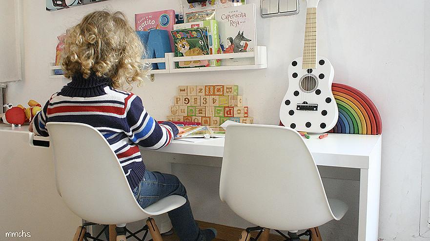 zona de juegos y lectura en el salón para niños