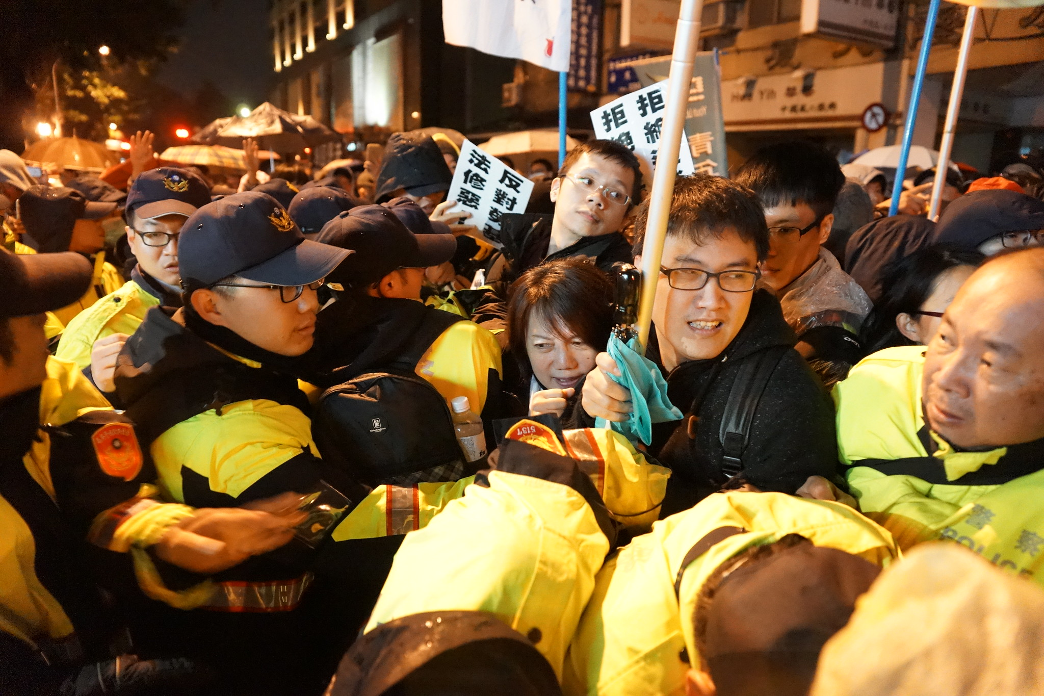 社民黨在臨時會審勞基法時參與議場鎮江街議場外的勞團抗議,圖中為范雲。(資料照片/攝影:王顥中)