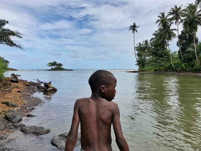 Niño en Praia Pesqueira (Santo Tomé y Príncipe)