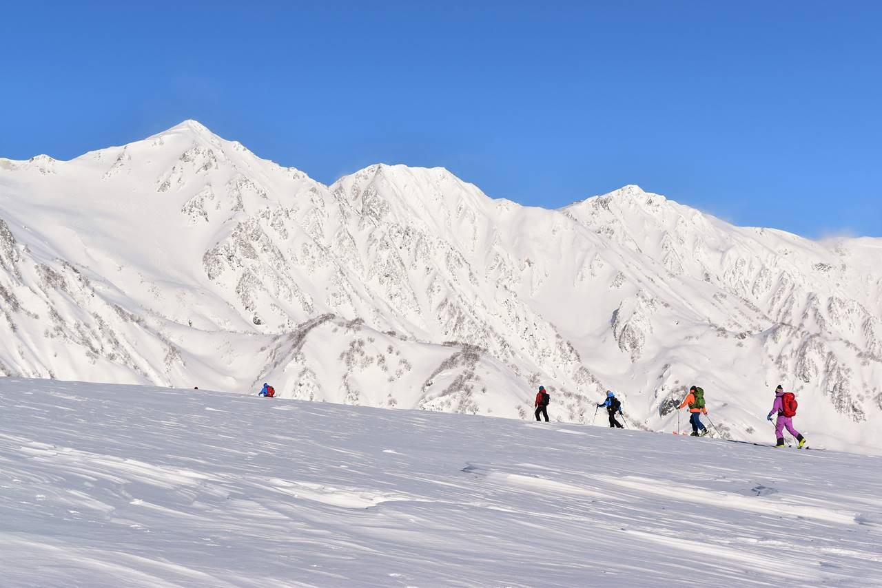 雪の白馬三山と登山者