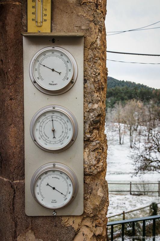 Pequeña estación meteorológica frente a Cal Marxandó en Sant Jaume de Frontanyà