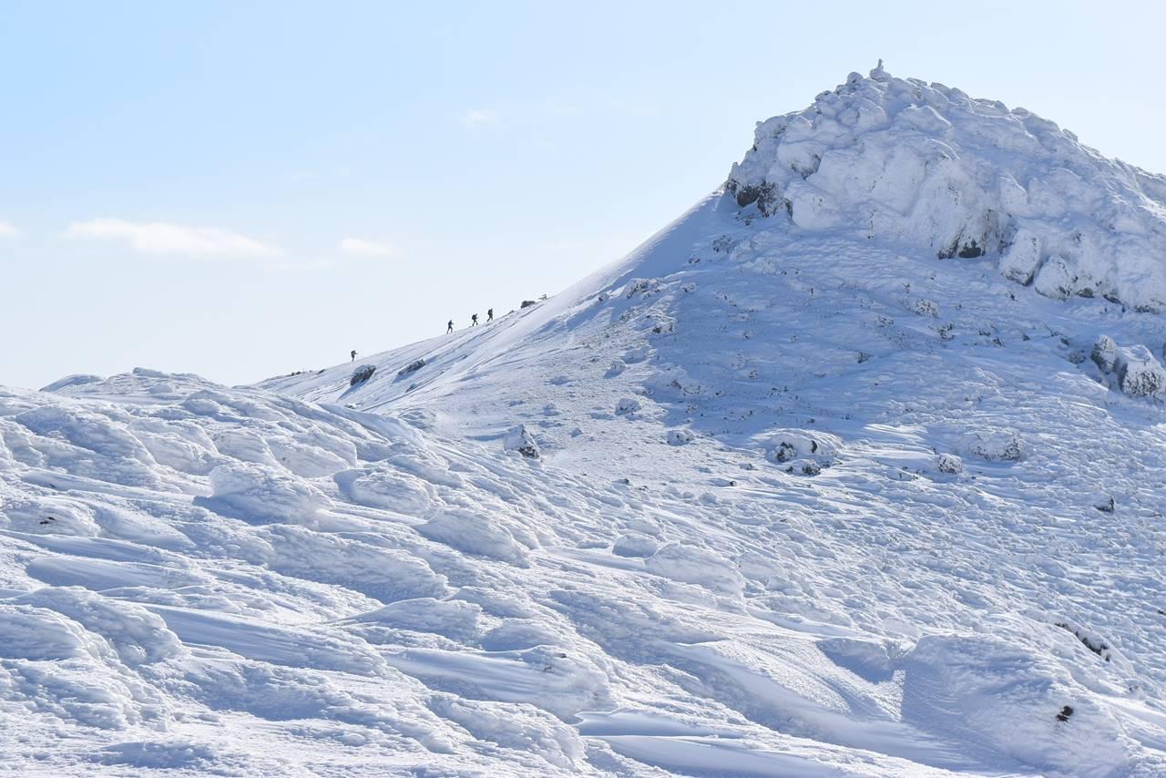 雪の安達太良山と登山者