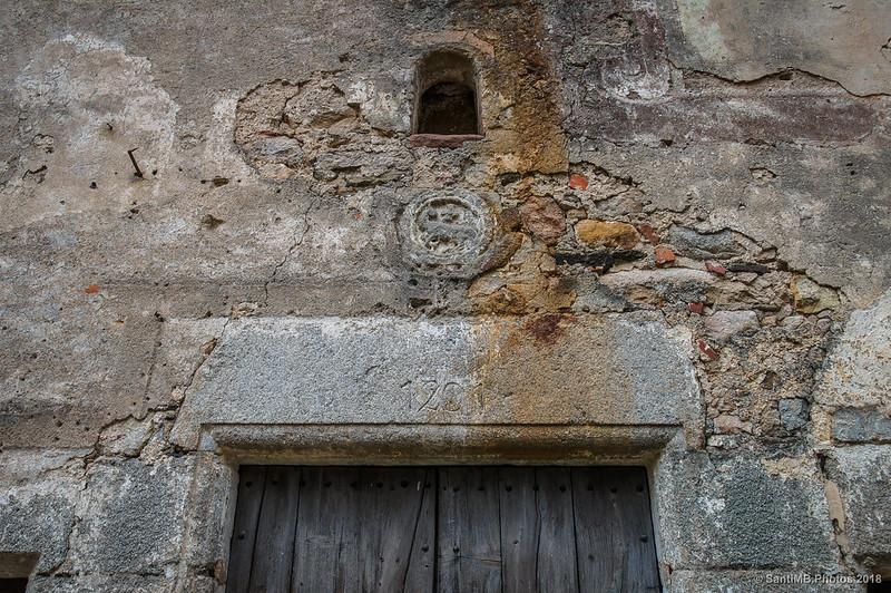 Dintel de la puerta de la ermita de Santa Fe de Montseny
