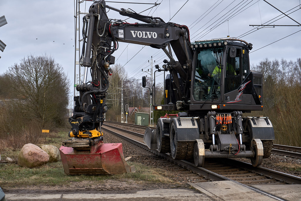Volvo EWR150W rail with engcon Tiltrotator | The excavator h… | Flickr