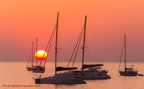 Sunset with yachts at Nai Harn beach, Phuket, Thailan | by forum.linvoyage.com