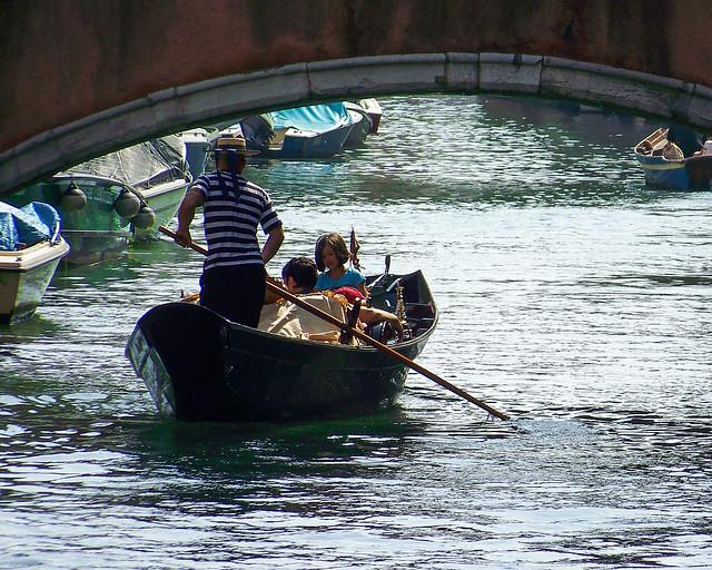 Gondolero a través de los Canales de Venecia