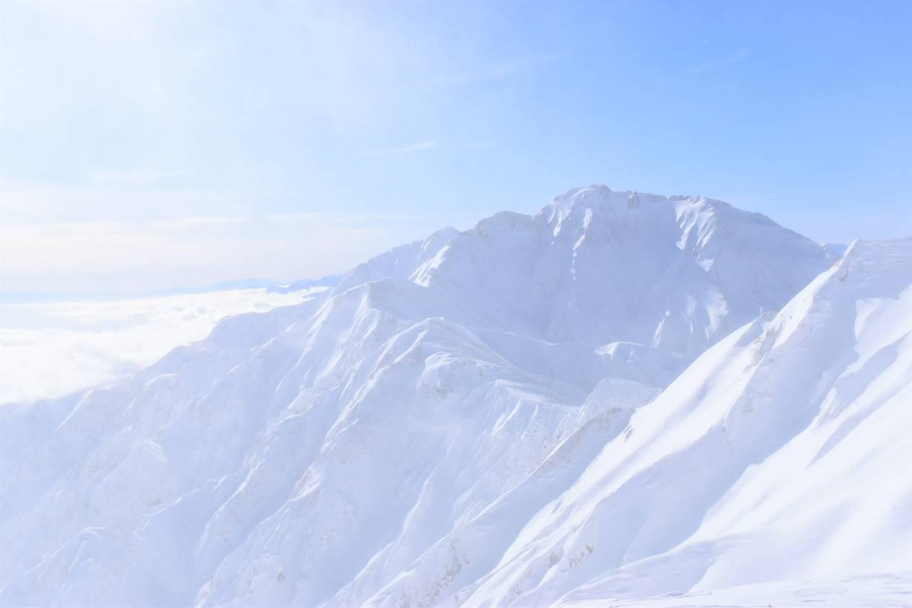 雪煙の中で見る五竜岳