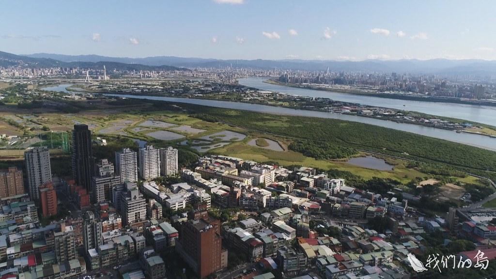 940-2-71從空中看,關渡濕地緊鄰密集的住商聚落,對濕地產生不少衝擊,最明顯就是污水排放。