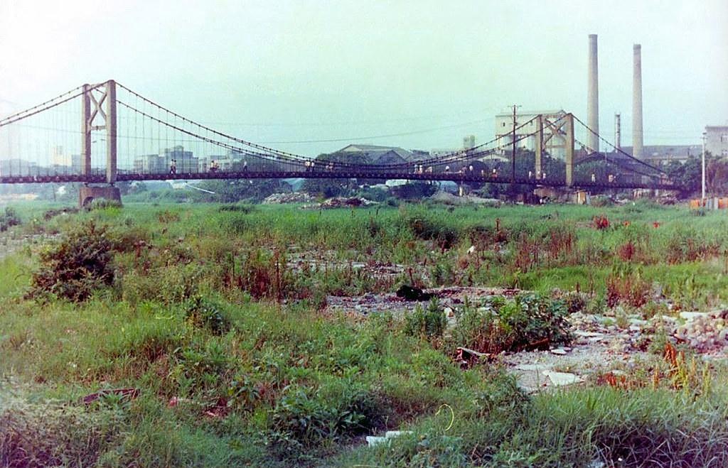 10_河道填平後的士林吊橋,後方煙囪即為紙廠(圖片來源:Source)