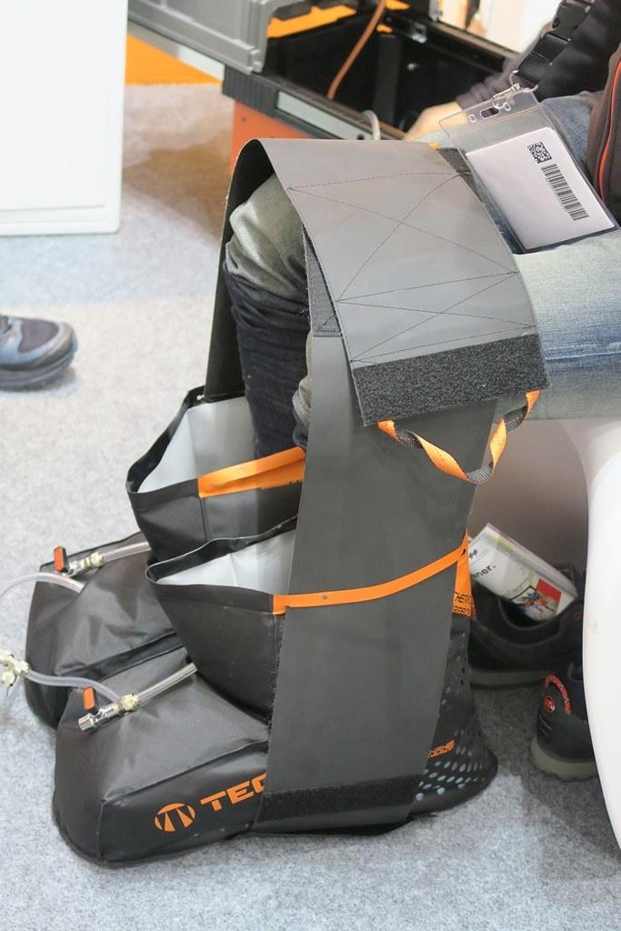 Tecnica Forge S: Εδώ μπαίνουν τα παπούτσια φορώντας τα όπου ασκείται πίεση και θερμότητα έτσι ώστε η μπότα να πάρει το σχήμα του ποδιού