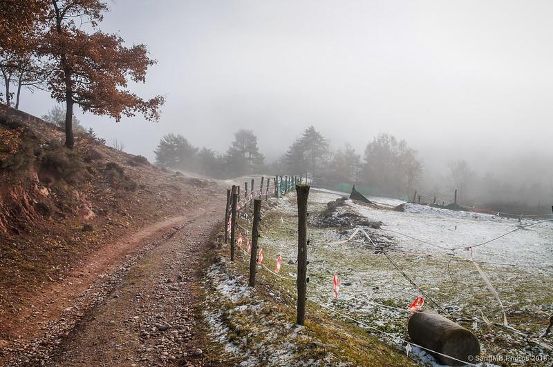 Niebla fente a la Casa Blanca de Sant Jaume de Frontanyà