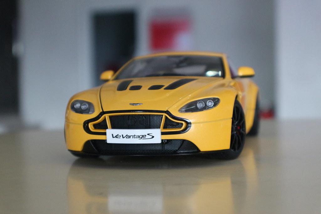 aston martin v12 vantage s (yellow tang)autoart - diecast