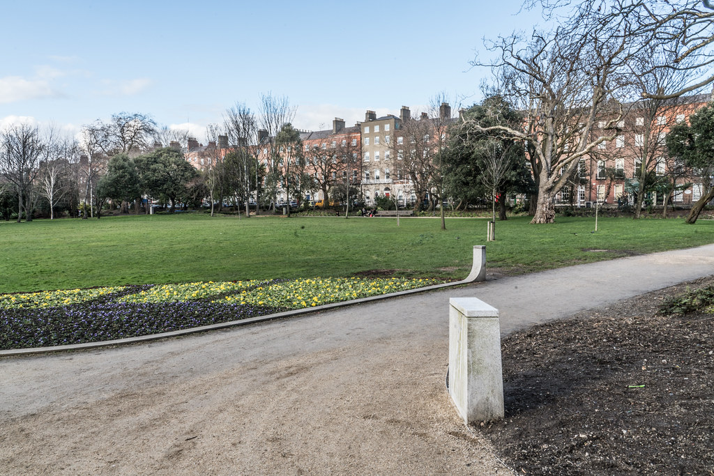 MERRION SQUARE PARK - THE OLD STANDARD LAMPS ARE ALL GONE 003