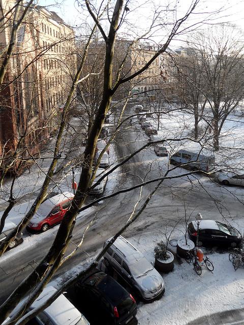 Blick aus dem  Fenster auf eine leicht verschneite Straßenkreuzung