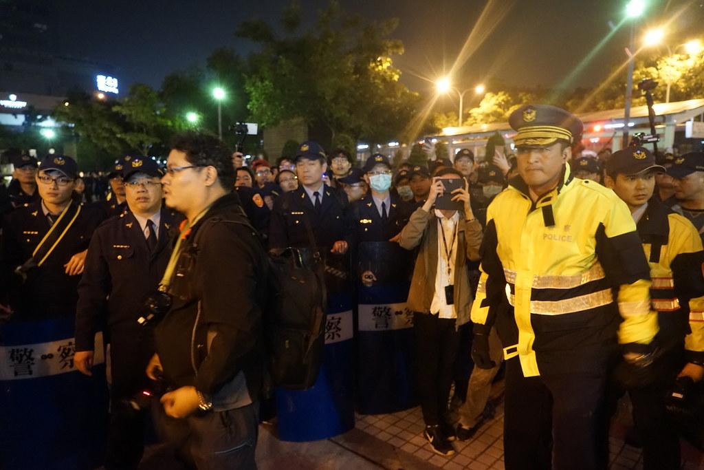 中正一分局派出所所長蔡漢政(右二)下令開始逮群眾。(攝影:張智琦)