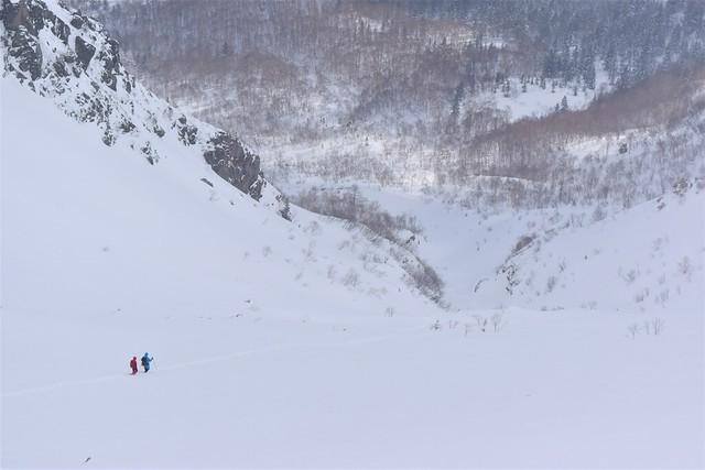 冬の焼岳 下山する登山者