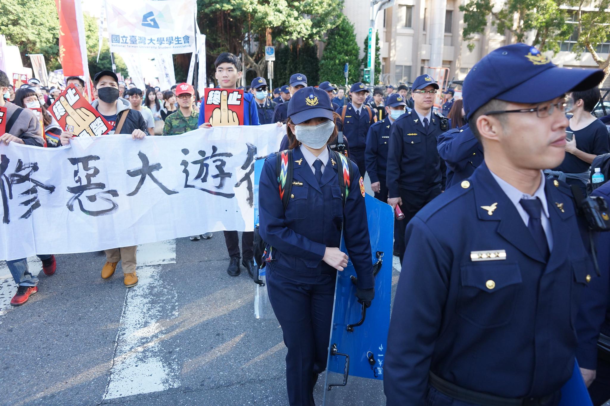 今日警方反常地派出大批警力走在遊行隊伍中。(攝影:王顥中)