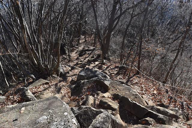 高川山~大月駅 急な岩の登山道