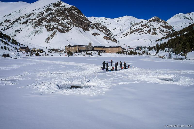 Vista de Núria en invierno desde la presa del lago