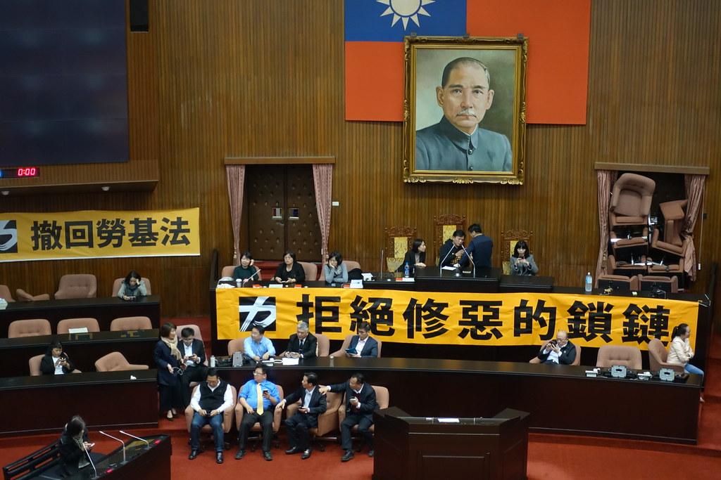 民進黨立委隨後破鎖進入議場,和時代力量僵持。(攝影:張智琦)