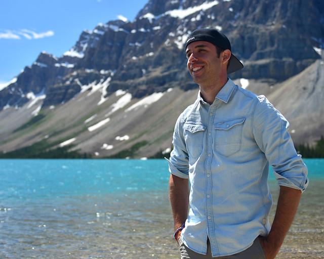 Miguel Egido, de Diario de un Mentiroso, junto al lago Bow en Canadá