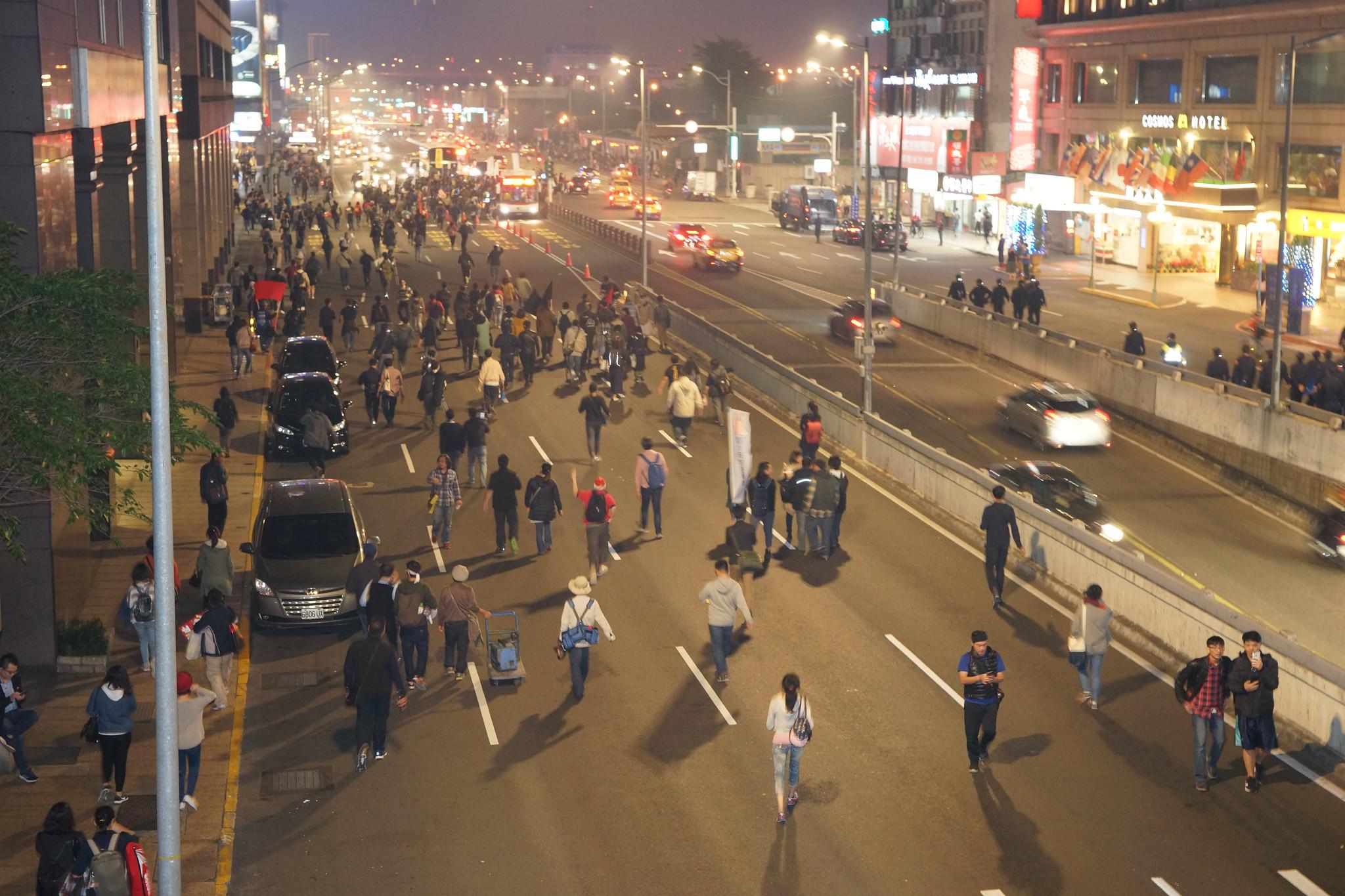"""为了反制警方驱离,高教工会青年委员会带领群众""""路线未知的游行""""。(摄影:王颢中)"""