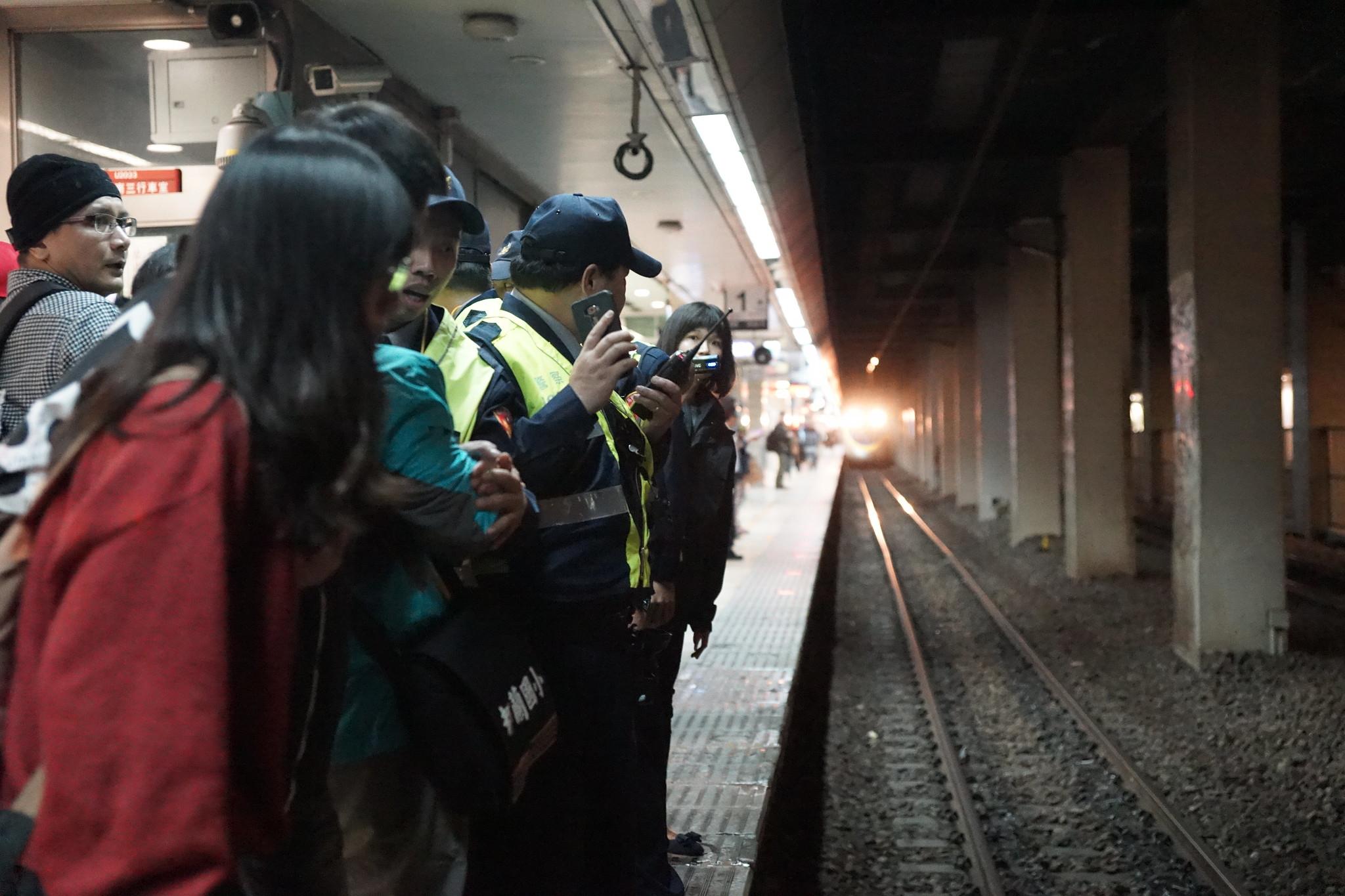 行動過程一度遇列車進站,現場氣氛緊張。(攝影:王顥中)