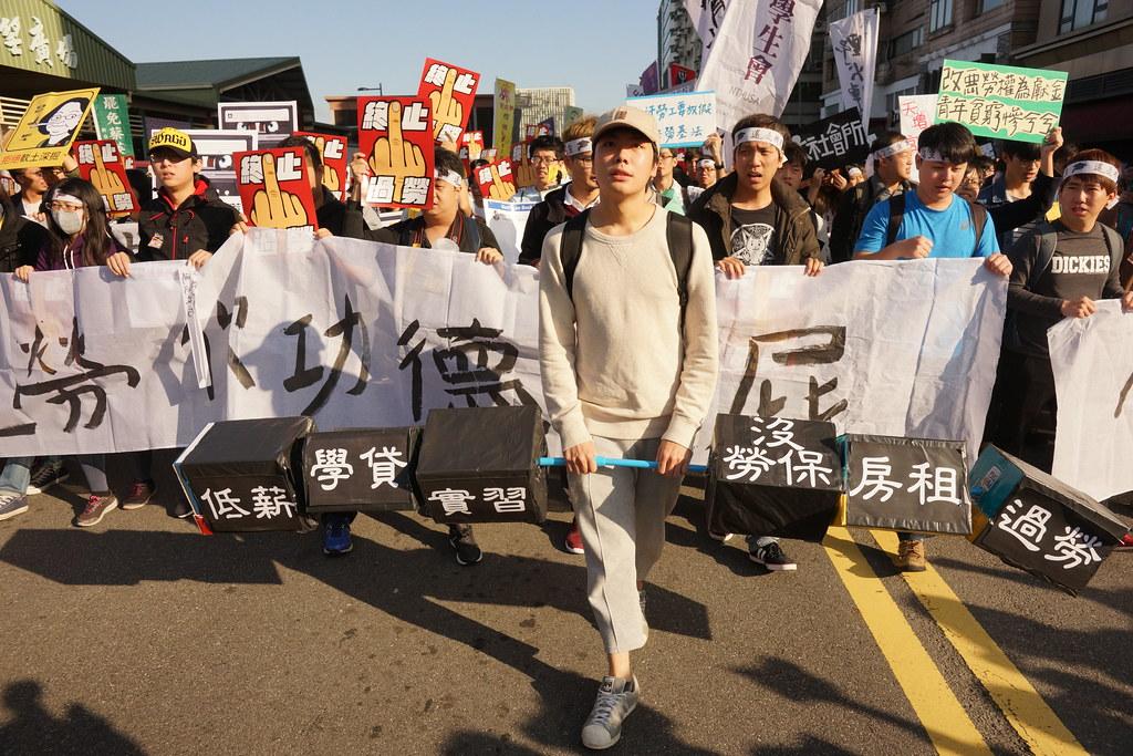 1223遊行由代表產業後備軍的青年世代領頭。(攝影:王顥中)