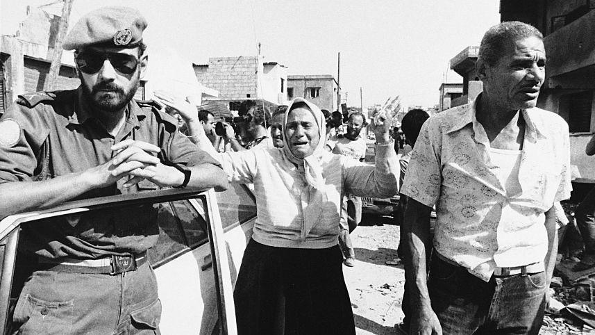 1982年,在美國支持之下,以色列侵入黎巴嫩南部,試圖剿滅轉移到此處的巴解組織軍隊,歷史上稱之為「黎巴嫩戰爭」。在過程中,以色列國防軍甚至指使黎巴嫩長槍黨發動薩布拉-夏蒂拉難民營大屠殺。該次戰爭造成了黎巴嫩約兩萬人民傷亡。而國際特赦組織拒絕對此慘案發聲。(來源:美聯社)