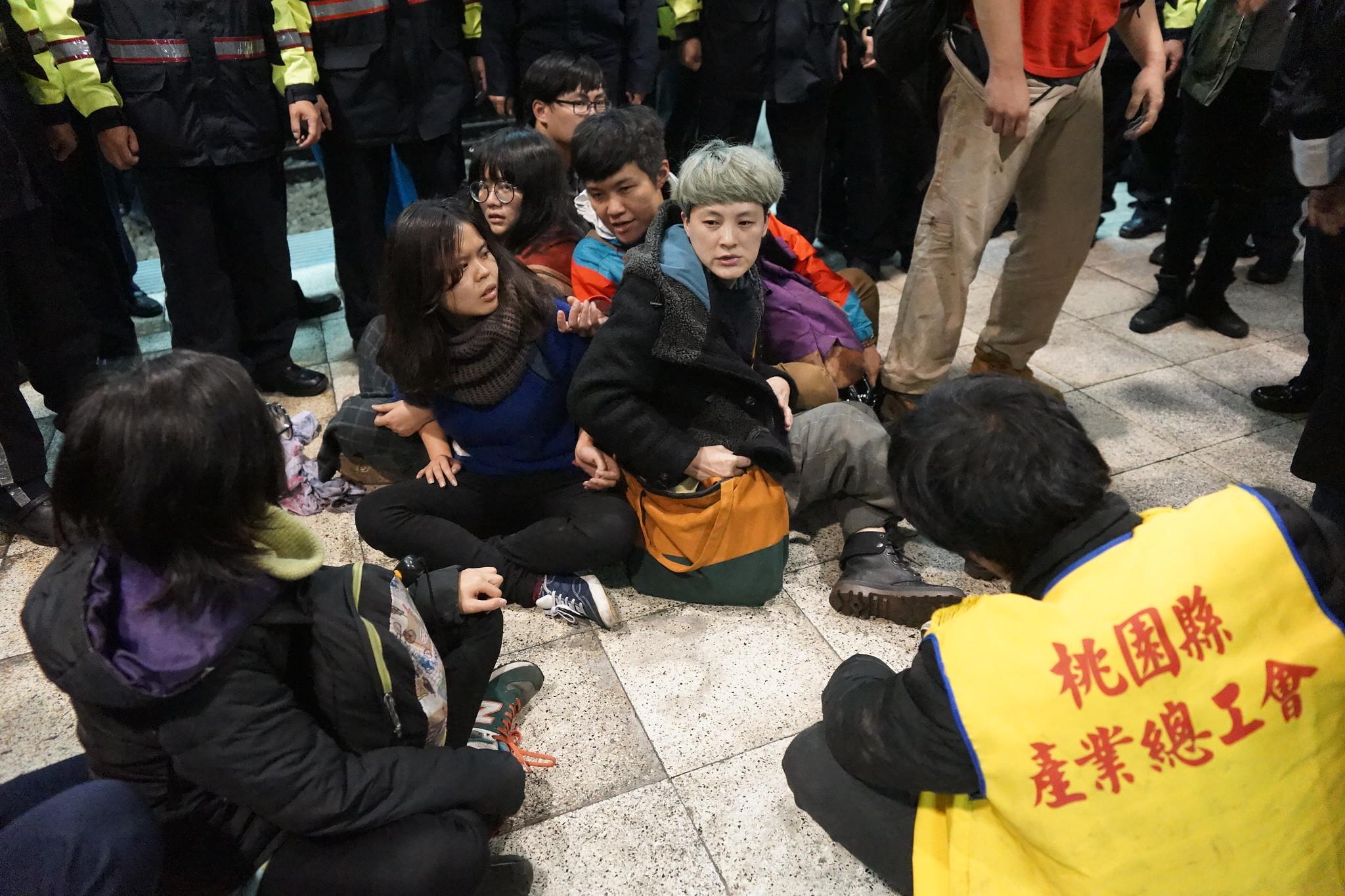 抗議者被驅離後,被短暫包圍於月台,隨後被帶往保一總隊。(攝影:王顥中)