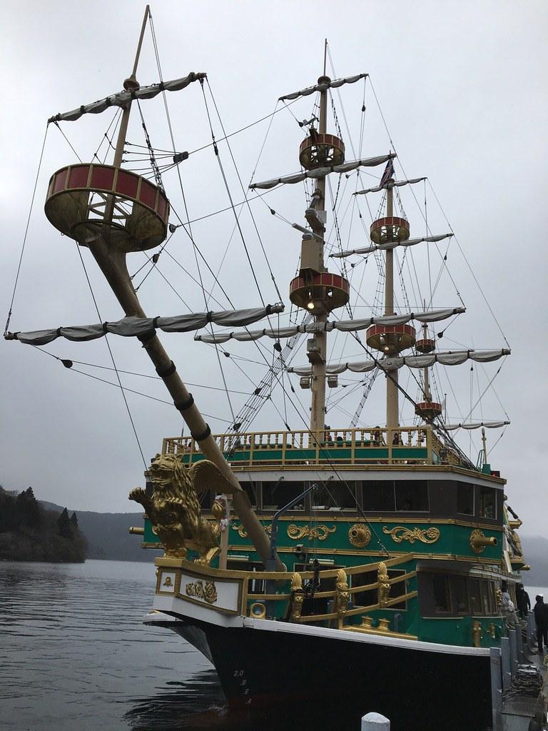 Thuyển cướp biển vượt hồ Ashi
