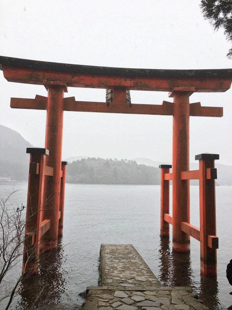 Cổng 箱根神社 đặt trên mặt hồ